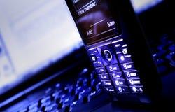 Computadora portátil y teléfono móvil imagenes de archivo