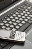 Computadora portátil y teléfono móvil Fotos de archivo libres de regalías