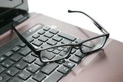 Computadora portátil y vidrios Fotografía de archivo libre de regalías