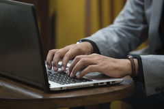 computadora portátil con la mano 1 aislada Fotos de archivo