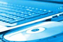 Computadora portátil con la unidad de CD abierta Imágenes de archivo libres de regalías