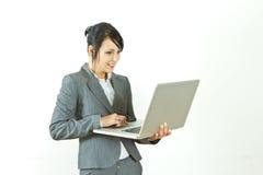 Computadora portátil derecha sonriente de la explotación agrícola de la mujer de negocios Foto de archivo