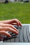 Computadora portátil en el césped Fotos de archivo