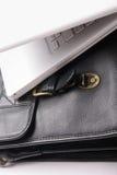 Computadora portátil en la cartera. Fotografía de archivo libre de regalías