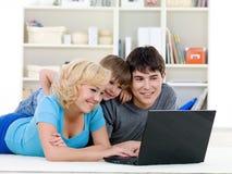 Computadora portátil para la familia feliz en el país Fotos de archivo libres de regalías
