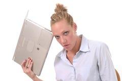 Computadora portátil que lanza 2 de la mujer de negocios Imágenes de archivo libres de regalías
