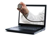 Computadora portátil y doctor con el estetoscopio Imagen de archivo libre de regalías