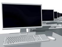 Computadores de secretária em um ambiente do escritório Fotos de Stock Royalty Free