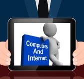 Computadores e livro do Internet com pesquisa da Web das exposições de caráter ilustração stock