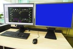 Computadores e monitores com diagrama esquemático para supervisório, o controle e o por aquisição de dados Fotos de Stock