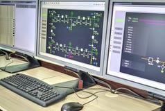 Computadores e monitores com diagrama esquemático para supervisório, o controle e o por aquisição de dados Imagem de Stock