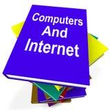 Computadores e pesquisa da Web das mostras da pilha de livro do Internet ilustração do vetor