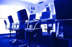 Computadores no quarto de imprensa Fotografia de Stock Royalty Free