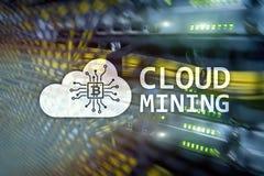 Computazione della nuvola, dati o cryptocurrency ( Bitcoin, Ethereum) estraendo nel centro dati Backgroun della stanza del server immagine stock libera da diritti