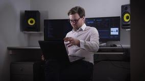 Computer aan de ruimte De persoon met punten en laptop op een hand, proberen om de noodzakelijke informatie te vinden Geek stock video
