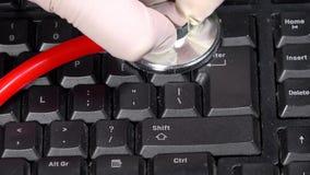 Computer arts met stethoscoop op zwart toetsenbord PC-de reparatiedienst stock video