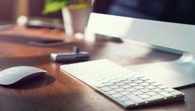 Computer auf dem Desktop im Hippie-Arbeitsplatzbüro Lizenzfreies Stockfoto