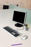 Computer auf einem Schreibtisch lizenzfreie stockfotografie