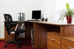 Computer auf einem Schreibtisch Stockfotos