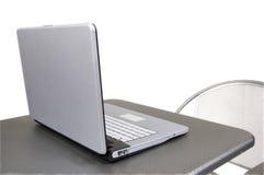 Computer auf grauer Tabelle Lizenzfreies Stockfoto
