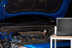 Computer auf Tabelle für Diagnoseauto lizenzfreies stockbild