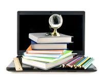 Computer, Bücher, Bleistifte und eine Kugel Stockbilder