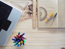 Computer, Bleistifte, Notizbücher und Ziehwerkzeuge auf hölzernen Brettern Bedeutung der Planungsarbeit Stockbilder