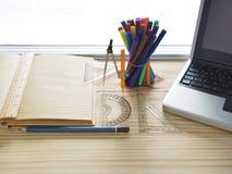 Computer, Bleistifte, Notizbücher und Ziehwerkzeuge auf hölzernen Brettern Bedeutung der Planungsarbeit Stockfotografie
