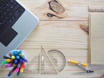 Computer, Bleistifte, Notizbücher und Ziehwerkzeuge auf hölzernen Brettern Bedeutung der Planungsarbeit Lizenzfreie Stockfotografie