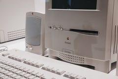 Computer classico di colore di Macintosh su esposizione dentro il museo di Apple a Praga, repubblica Ceca fotografia stock libera da diritti