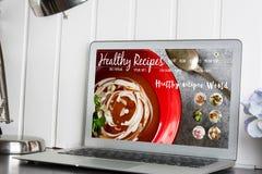 Computer, con il blog sano di ricette sullo schermo web con il nutritio immagine stock