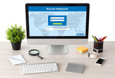 Computer con la rete sociale sullo schermo con il telefono e l'orologio Fotografia Stock Libera da Diritti