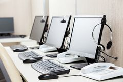 Computer con le cuffie sullo scrittorio Fotografie Stock Libere da Diritti