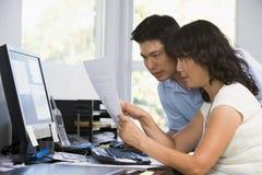 computer couple home office paperwork στοκ εικόνες με δικαίωμα ελεύθερης χρήσης