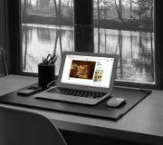 Computer davanti alla finestra con la visualizzazione Immagine Stock Libera da Diritti