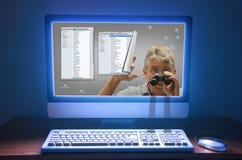 Computer de sociale media stalker het besluipen diefstal van identiteitskaart Stock Afbeeldingen