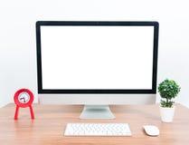 Computer del monitor dell'ufficio, topo sulla tavola di legno Fotografia Stock Libera da Diritti
