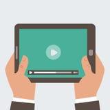 Computer della compressa della tenuta dell'uomo d'affari con il video pl Fotografia Stock Libera da Diritti