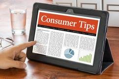 Computer della compressa su uno scrittorio - il consumatore fornisce di punta Fotografie Stock Libere da Diritti