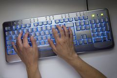 Computer, der 01 schreibt Stockbild