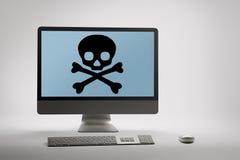 Computer, der Internet-Betrug und Betrugswarnung auf Schirm anzeigt stockfotografie