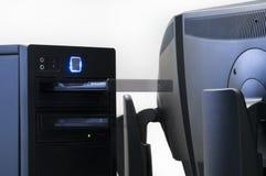 Computer, der nahe bei einer flachen Bildschirmanzeige während ope steht stockbild