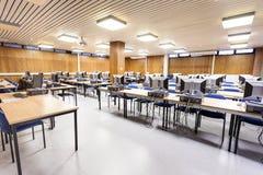 Computer in der Reihe im Schuleklassenzimmer Stockbilder