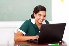 Computer di compito in classe della scolara Fotografie Stock