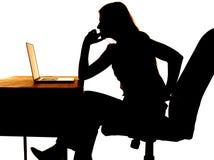Computer di pensiero della donna della siluetta Fotografia Stock Libera da Diritti