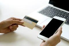 computer di uso del venditore del compratore per ordine online fotografie stock libere da diritti