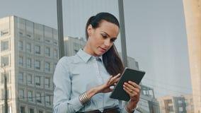 Computer di Working On Tablet della donna di affari fuori archivi video