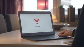 Computer die met WiFi verbinden stock video