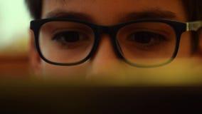 Computer die voor onderwijs gebruiken stock videobeelden