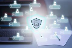 Computer e fondo del taccuino, con l'icona di Pri di cybersecurity royalty illustrazione gratis